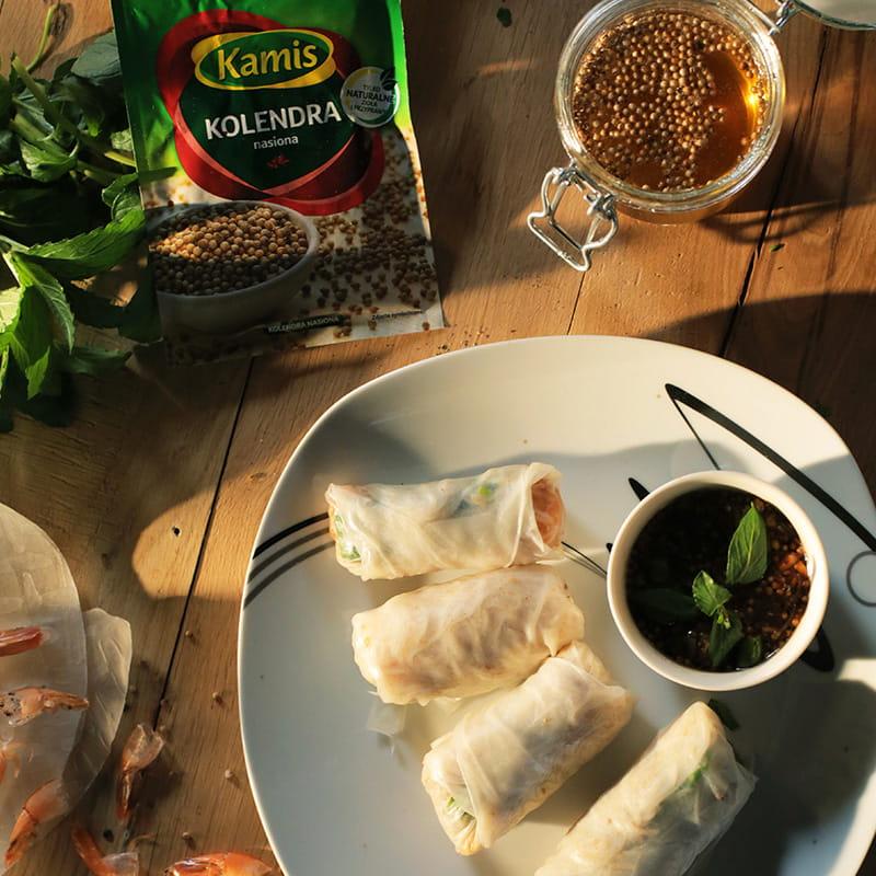 Sajgonki z krewetkami oraz miód z ziarnami kolendry