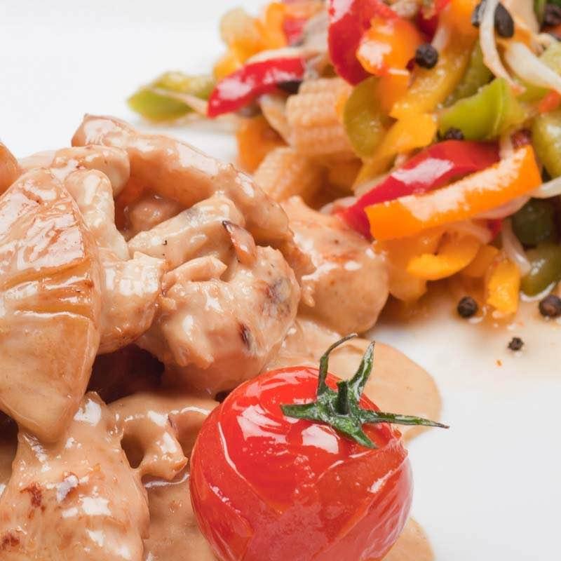 Sałatka z flaków z warzywami korzennymi, purée z marchewki i dyni oraz frytki flakowe