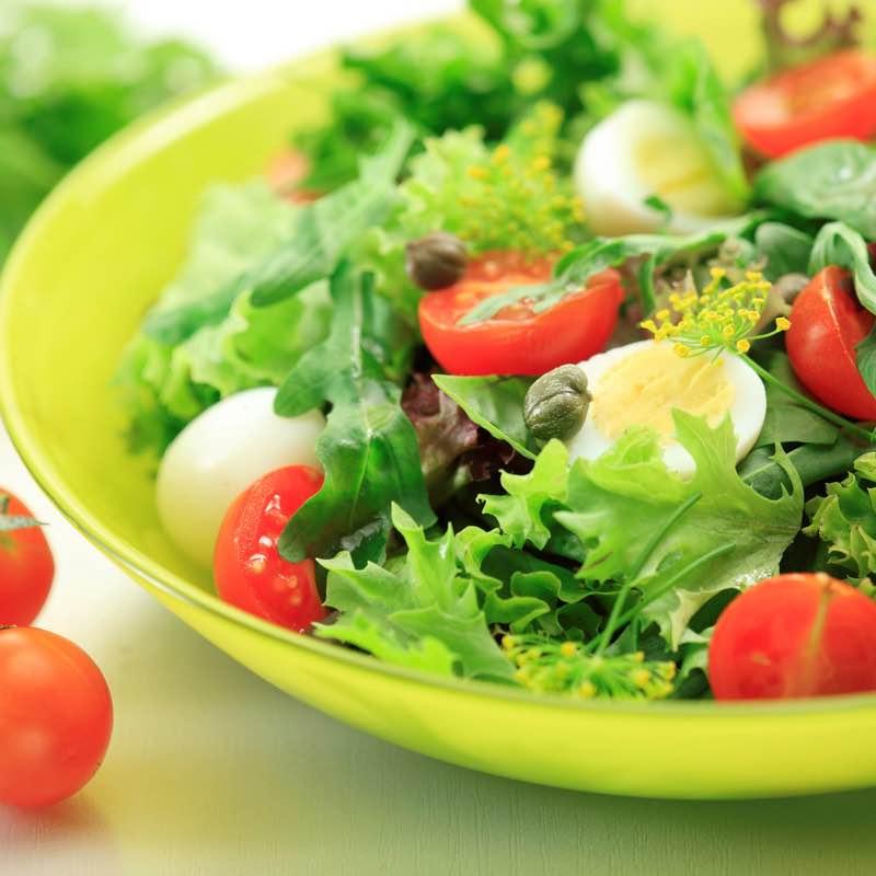 Wiosenna sałatka z jajami przepiórczymi