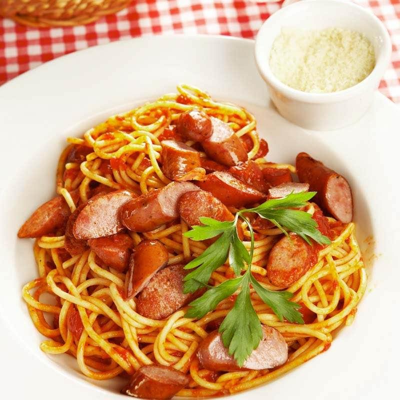 Spaghetti z pomidorami i kiełbasą
