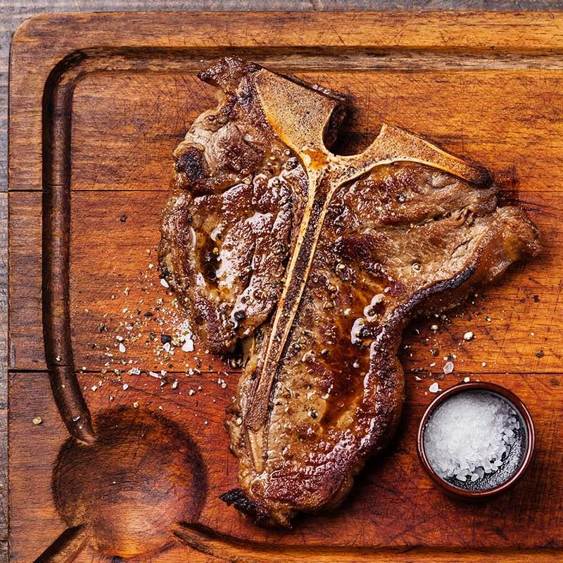 Tbone steak z pikantną salsą z pieczonych pomidorów