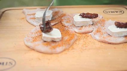 Rolowana pierś indycza z kozim serem