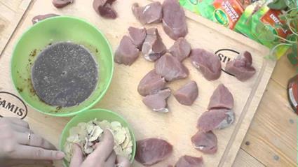 Smakowite polędwiczki miodowe w migdałowej panierce