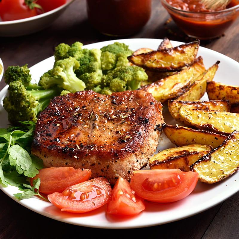 Bife Grelhado com Batatas e Tomate da época Assados