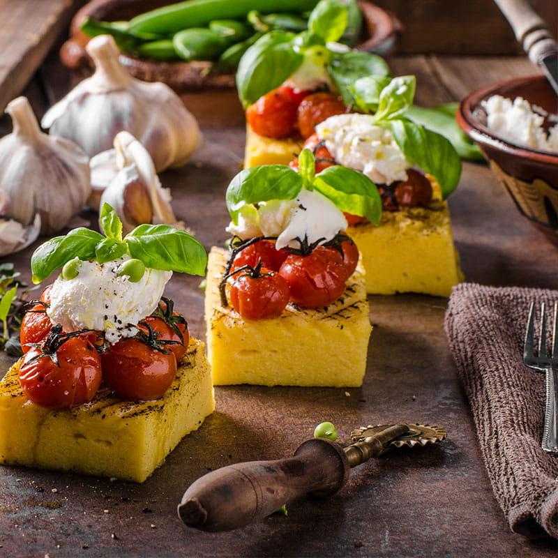 Canapes de Polenta Grelhada com Tomate
