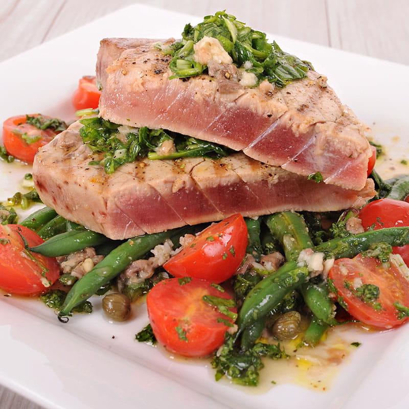 Feijoes Soja e Salada Piripiri cobertas com Atum Tostado