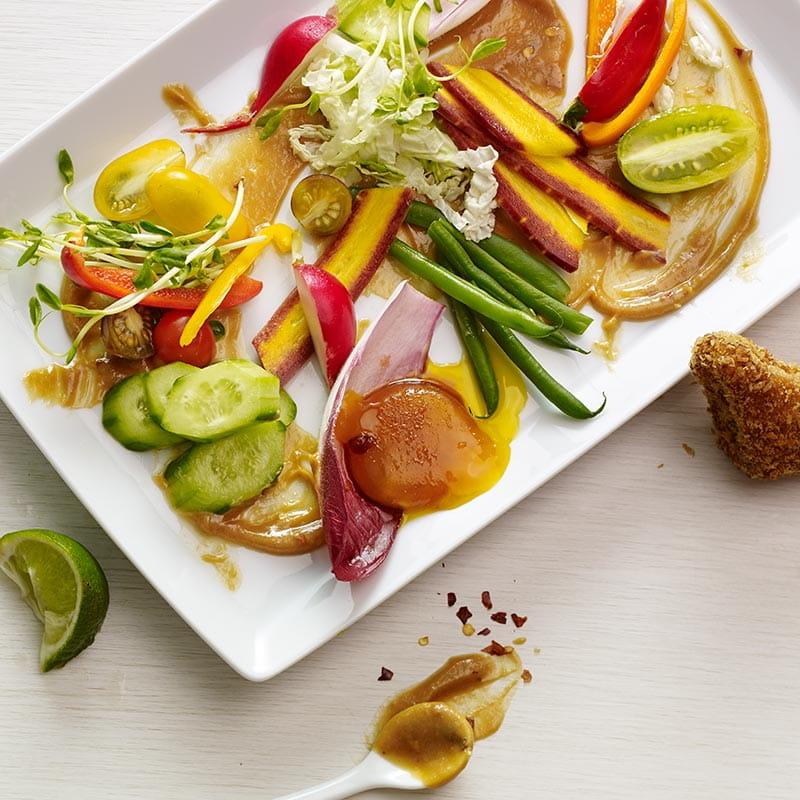 Salada Indonesia Gado Gado com Gemas Curadas em Molho de Soja e Gengibre e Tosta de Camarao