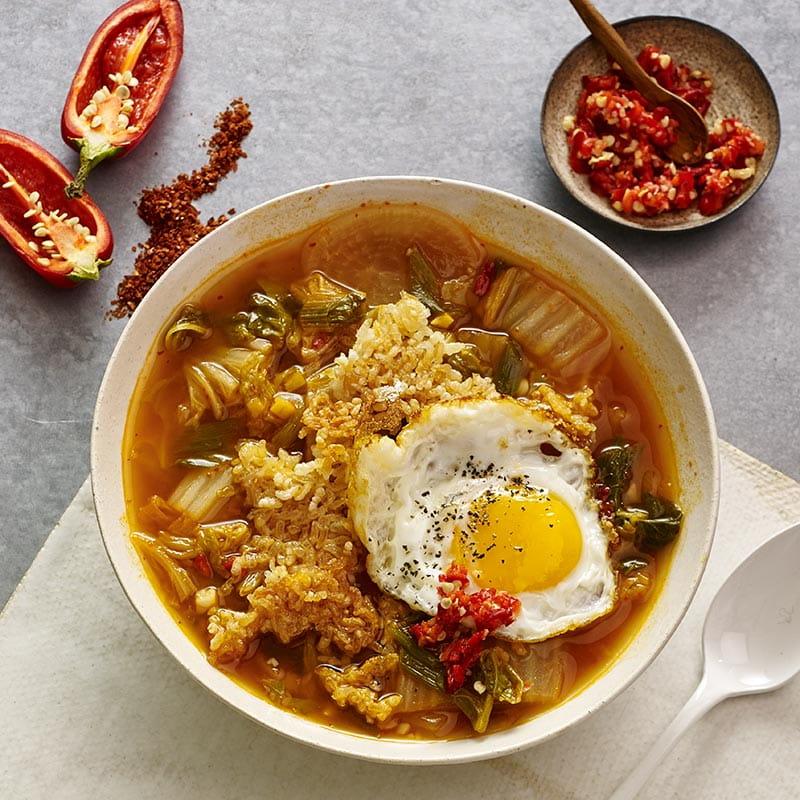 Caldo de Kimchi com Arroz Crocante e Ovo Frito