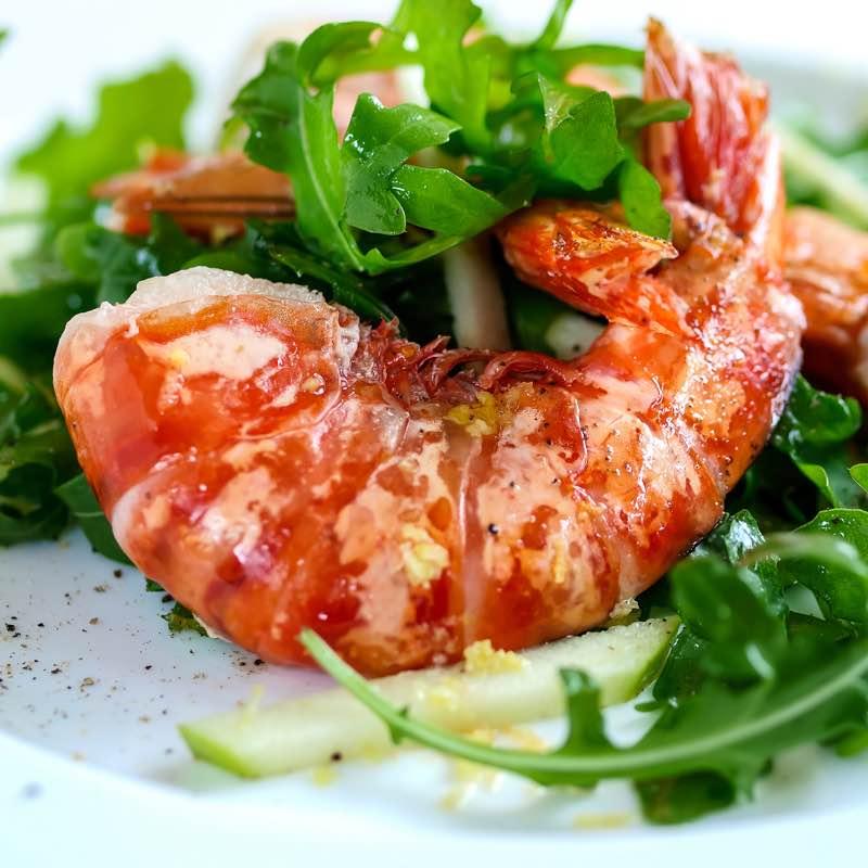 Salada quente de chouriço e camarões com molho de Ervas de Provença