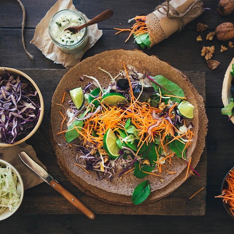 Wraps de trigo-sarraceno, queijo de cabra e legumes crus
