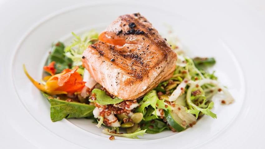 Salat mit grilliertem Lachs