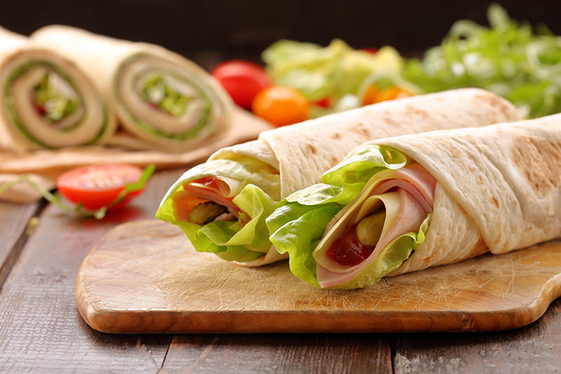 Wraps mit Curry-Quark-Dip