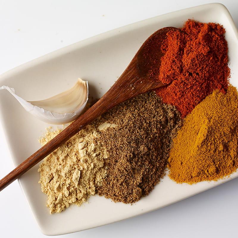 Kräuter und Gewürz Spickzettel: die besten Alternativen fürs Kochen