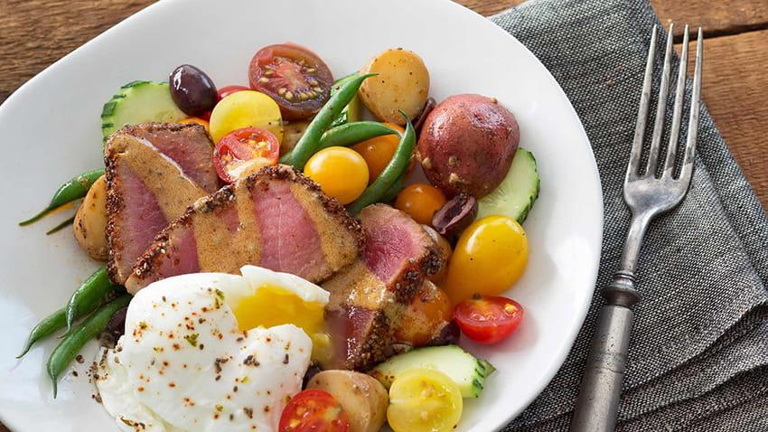 Niçoise-Salat mit Thunfisch in Chia-Zitrus-Chili-Kruste