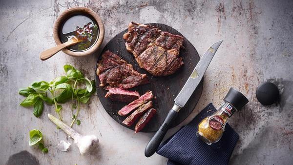rib_eye_steak_an_einer_aglio_oglio_basilikum_sauce_2000