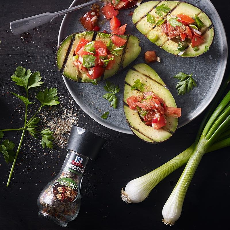 Gegrillte Avocado & Tomatensalat