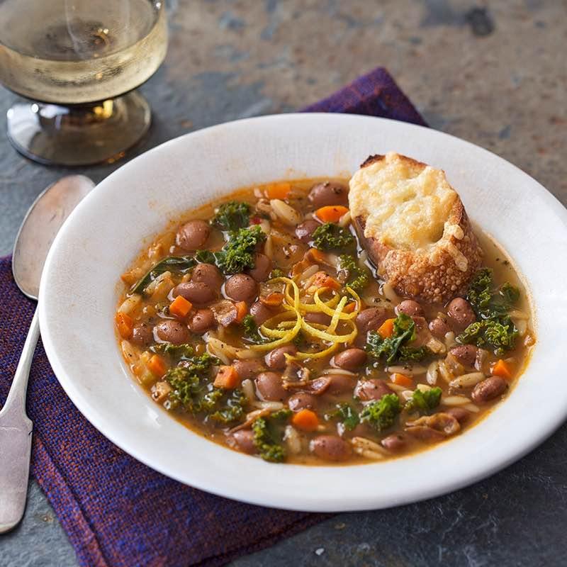 Borlotti-Bohnen-Suppe mit Salbei und Orzo-Nudeln