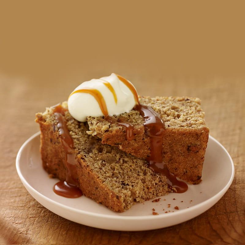 Würziger Dattelkuchen mit Caramelsauce und Vanille Schlagrahm