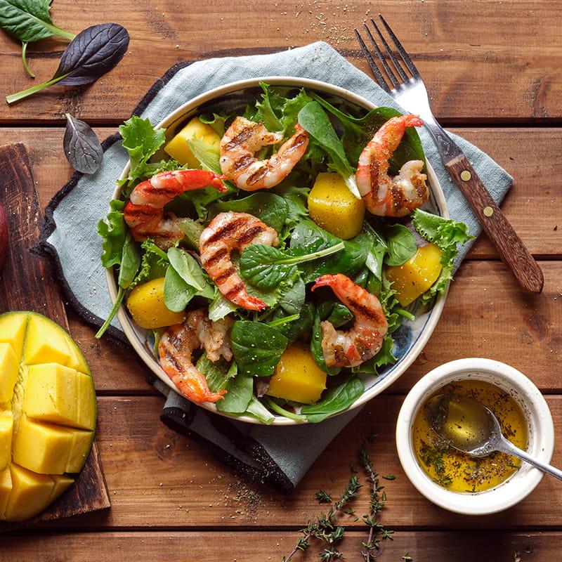 Salade mêlée aux crevettes et à la mangue
