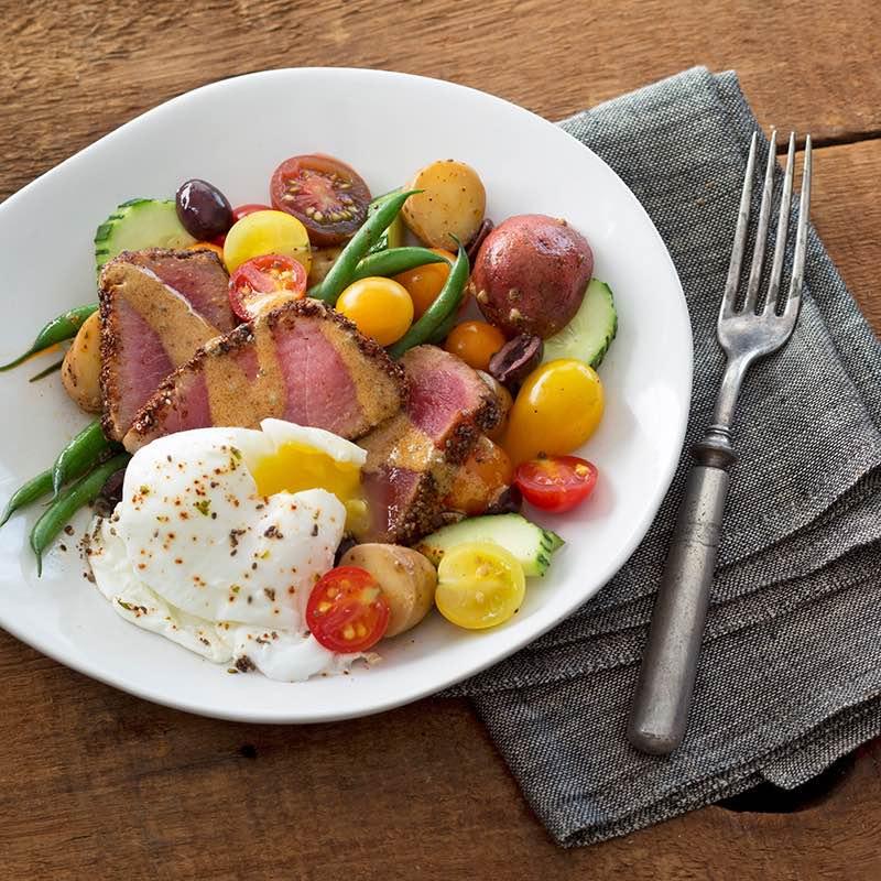 """Salat """"Niçoise"""" mit Thunfisch in Chiasamen-, Zitrus- und Chilikruste"""