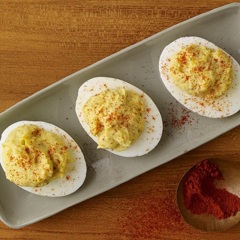 Gefüllte eier mit geräuchertem kreolischen senf