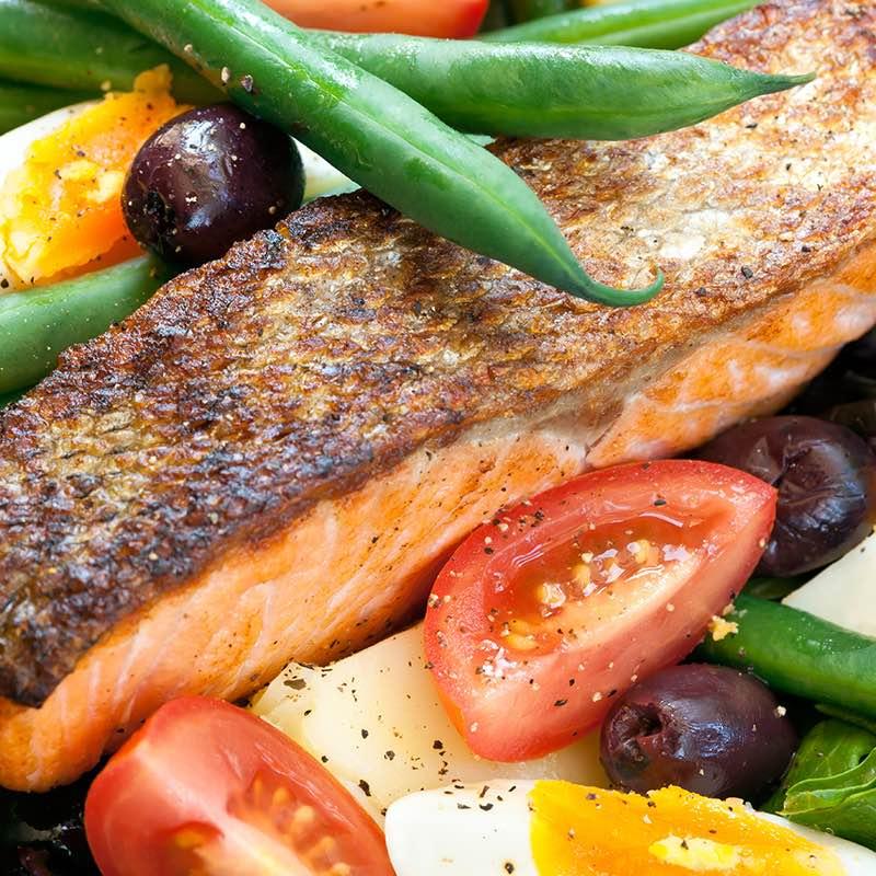 Salat Niçoise mit Paprika gewürztem Lachs