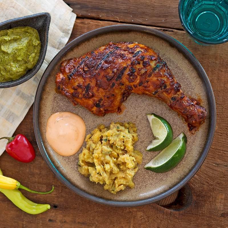 Peruanisches Poulet mit cremiger Rocoto- und frischer grüner Chili-Limetten-Sauce