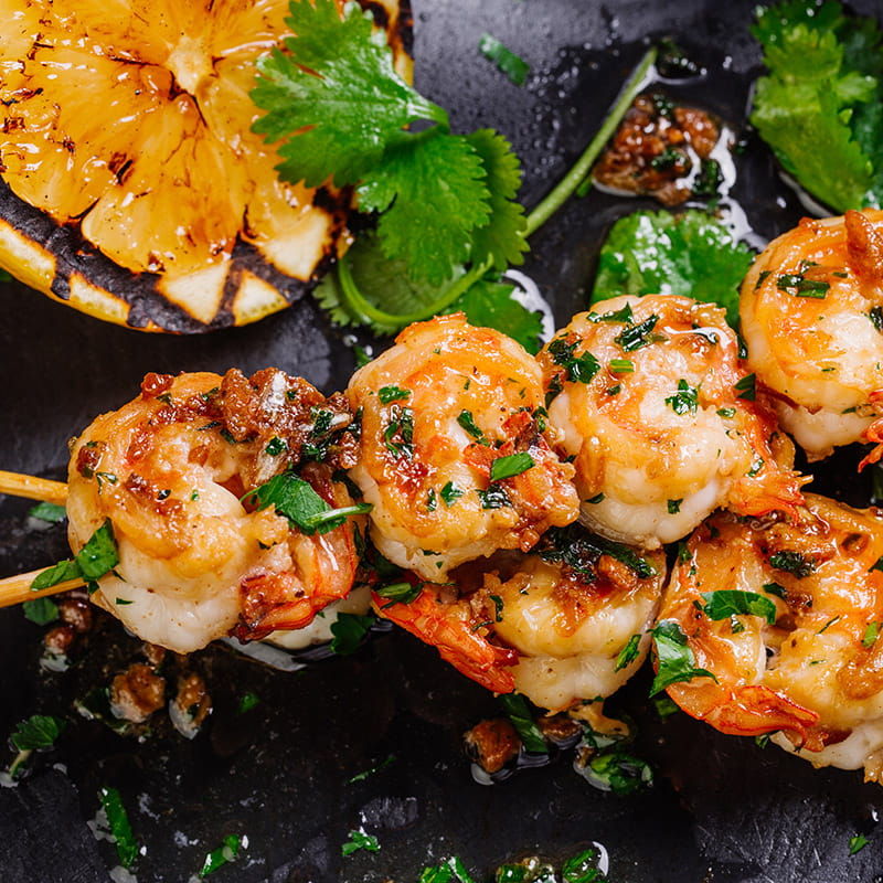 Brochettes de crevettes dans une marinade au zeste de citron vert
