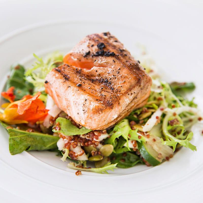 Salade au saumon grillé