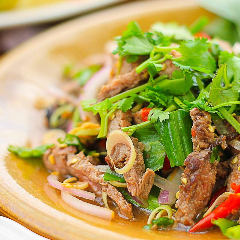 Thailändisches Rindfleisch auf Bohnensalat