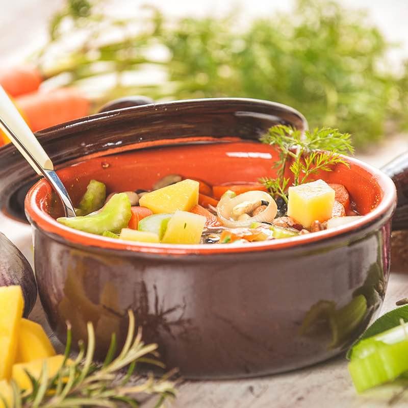 Herzhafte Gemüsesuppe mit verschiedenen Kräutern